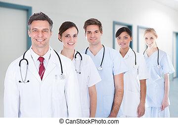 medisch team, staand, in, roeien, op, ziekenhuis