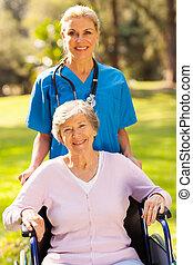 medisch, verpleegkundige, met, invalide, patiënt, buitenshuis