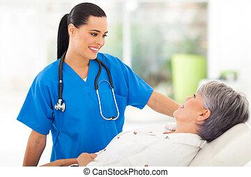 medisch, verpleegkundige, sprekend aan, senior, patiënt