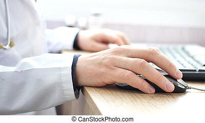 medische arts, doorwerken, draagbare computer, in, zijn, kabinet, en, het klikken, computer muis