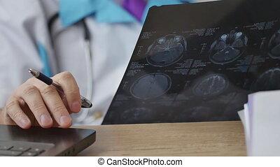 medische arts, het onderzoeken, de, de heer onderzoekende blik, van, de, patiënt
