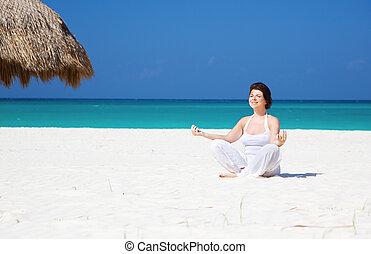 meditación, en la playa
