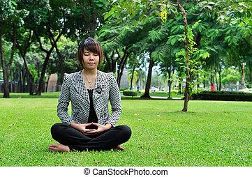 meditation, frau, auf, grünes gras
