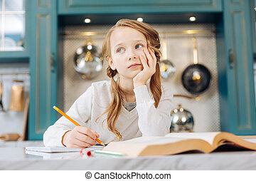 meditativo, niña, sentado, con, ella, cuaderno, pensamiento
