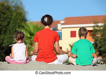 medite, girado, costas, sentar, pose, crianças, ioga, mãe, dois