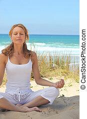 meditera, kvinna, strand