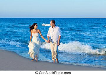 mediterraneo, coppia camminando, in, blu, spiaggia