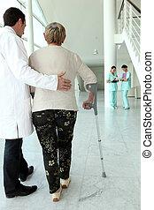 medyczny, pomagając, starsza kobieta, w, pieszy
