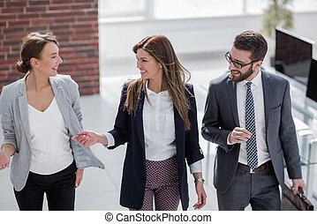 meets, customers, менеджер, офис