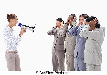megafone, mulher, mãos, gritando, felizmente, comércio pessoas, seu, através, orelhas