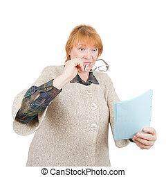 megdöbbentő, senior woman, dolgozat, felolvasás