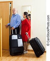 megfontolt összekapcsol, közül, utazó, noha, bőrönd, alatt, otthon