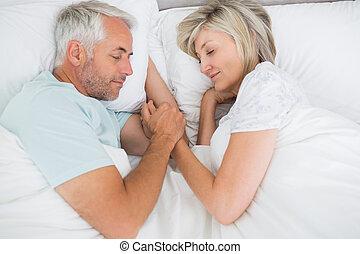 megfontolt összekapcsol, otthon, fekvő, ágy