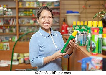 megfontolt woman, chooses, műtrágyák, -ban, bolt