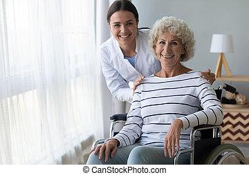 meghibásodott, ápoló, fényképezőgép, tolószék, boldog, néz, nagyanyó
