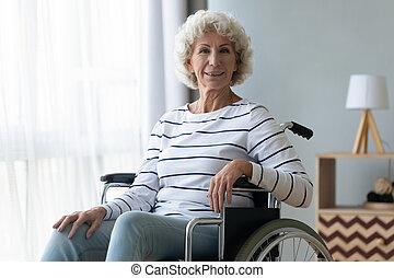 meghibásodott, látszó, idősebb ember, fényképezőgép, tolószék, ül, boldog, nagyanyó
