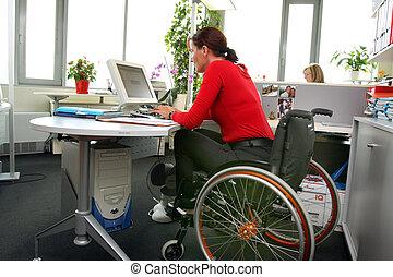 meghibásodott woman, alatt, egy, wheelchair.