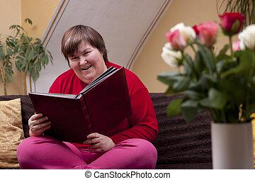 meghibásodott woman, könyv, mentally, felolvasás