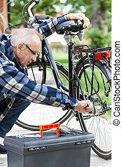 megjavítás, idősebb, bicikli, ember