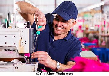 megjavítás, ipari, varrógép, szerelő, idősebb ember