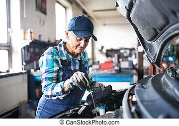 megjavítás, női, autó, garage., szerelő, idősebb ember