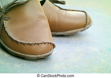 megkorbácsol, cipők