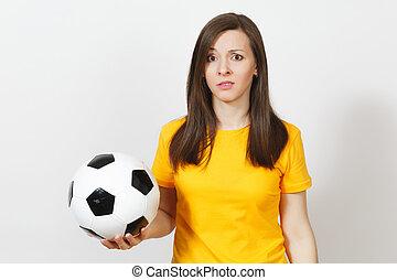 meglehetősen, európai, fiatal, bús, felborít, nő, foci rajongó, vagy, játékos, alatt, sárga, egyenruha, fog, focilabda, nyugtalankodás, körülbelül, késik sportcsapat, elszigetelt, white, háttér., sport, játék, labdarúgás, életmód, concept.