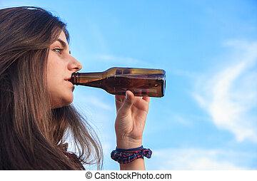meglehetősen, fiatal, barna nő, noha, blue szem, részeg palack, közül, sör, alatt, a, park.
