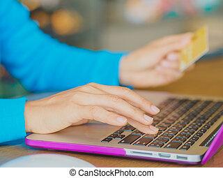meglehetősen, fiatal, womans, kézbesít, birtok, egy, hitelkártya, és, használt laptop, számítógép, helyett, online, shopping.