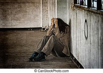 megrémült, rosszul használt, woman ül, alatt, a, sarok, a padlóra