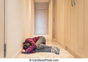 megrémült, woman ül, a padlóra, egyedül