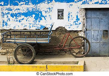 megrekedt, öreg, tricikli, szállít, bicikli, előtt, egy, kifakult, épület, elülső