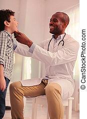 megvizsgál, kórmeghatározás, torok, gyermek, gondosan, őt, otolaryngologist