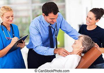 megvizsgál, orvosi, türelmes, idősebb ember, orvos
