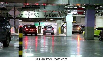 mehrere, autos, reiten, weg, von, u-bahn, parkende garage