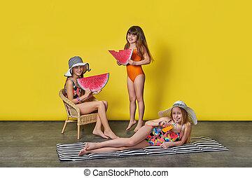 meiden, in, het baden kostuums, en, hoedjes, op, een, gele achtergrond