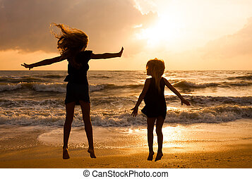 meiden, springt, tijd, dageraad, strand, vrolijke