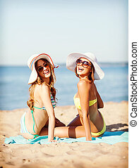 meiden, sunbathing, op het strand