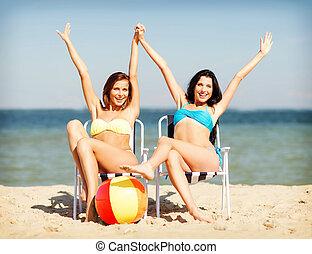 meiden, sunbathing, op het strand, stoelen
