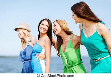 meiden, wandelende, op het strand