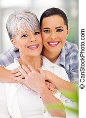 meio envelheceu, filha, abraçando, mãe