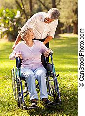 meio envelheceu, filho, levando, seu, incapacitado, mãe, para, um, passeio
