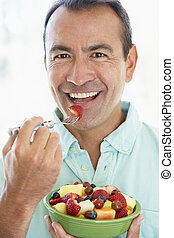 meio envelheceu, homem, comer, salada fresca fruta
