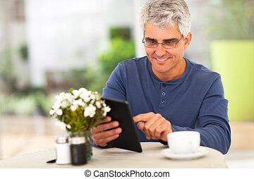 meio envelheceu, homem, surfando internet, usando, tabuleta, computador