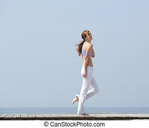 meio envelheceu, mulher caminhando, por, a, litoral