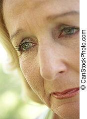 meio envelheceu, mulher chora