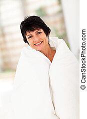 meio envelheceu, mulher, coberto, por, duvet