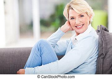 meio envelheceu, mulher relaxando, casa