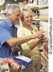 meio envelheceu, par, comprando, chá herbário