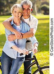 meio envelheceu, par, ligado, bicicleta, ao ar livre